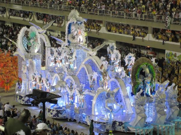 Las escuelas de samba invierten unos 5 millones de dólares para organizar sus lujosos desfiles en el sambódromo.