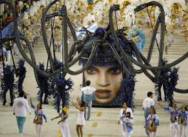 Cada año desfilan en el sambódromo las escuelas de samba que representan a barrios cariocas y ciudades del Estado fluminense, las cuales deben cumplir un estricto reglamento. El jurado otorga calificaciones por cada aspecto exhibido en el desfile y la escuela de samba que reúne mayor puntaje se corona campeona.