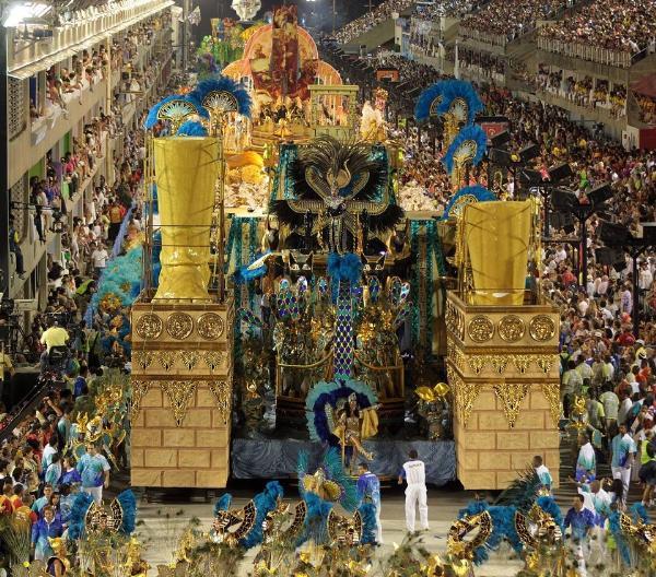"""A finales del siglo XIX, los cordões (""""lazos"""", en portugués) fueron introducidos en Río de Janeiro y consistían en grupos de personas que caminaban por las calles tocando música y bailando. Los cordões fueron los antecesores de las modernas escuelas de samba."""