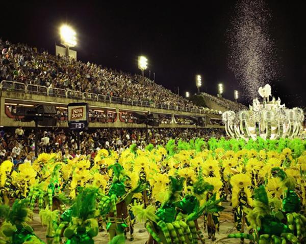 La argentina María Caren Paz se convirtió este año en la primera extranjera en ocupar el puesto de Musa de una escuela de samba del carnaval más famoso de Brasil.Para eso debió enviar videos que demostraban su habilidad con los complicados pasos de la samba.