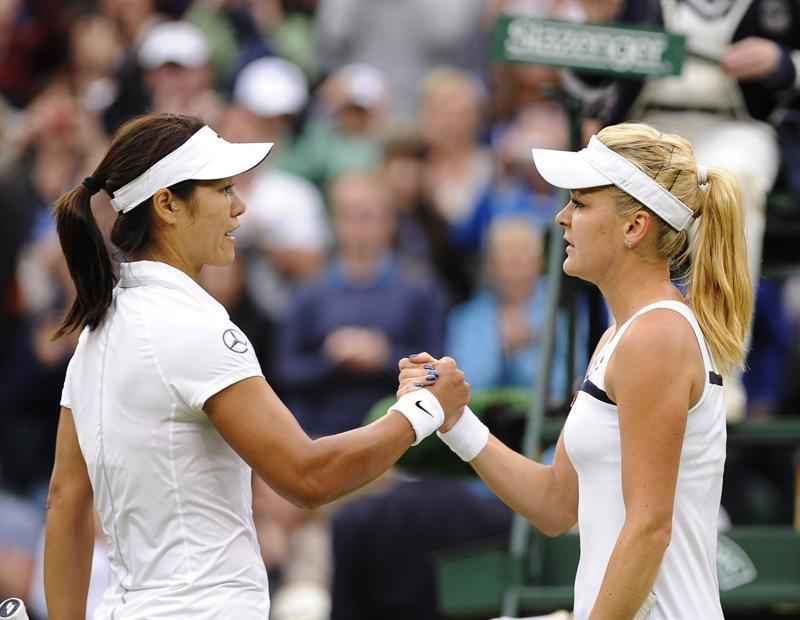 La tenista polaca Agnieszka Radwanska (d) es felicitada por la china Na Li tras el partido de cuartos de final del torneo de tenis de Wimbledon.