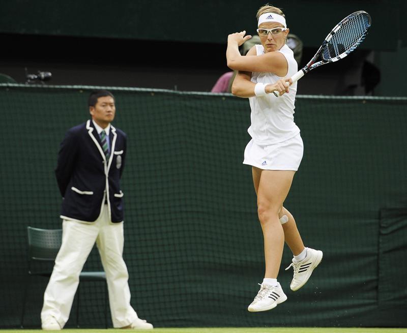 La tenista belga Kirsten Flipkens devuelve la bola durante el partido de cuartos de final del torneo de Wimbledon.
