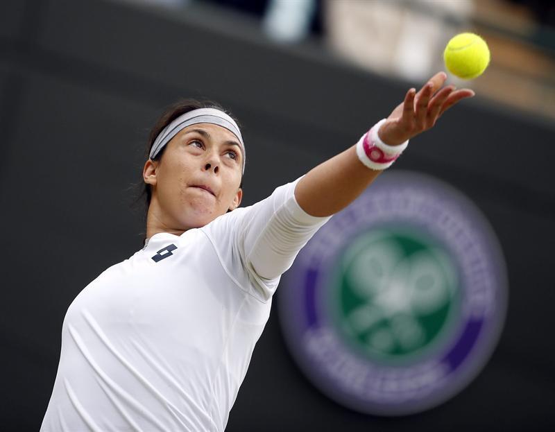 La tenista francesa Marion Bartoli sirve una bola a la estadounidense Sloane Stephens, durante el partido de cuartos de final del torneo de tenis de Wimbledon.