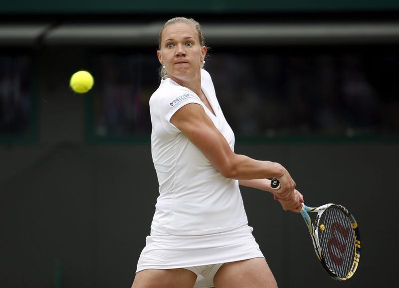 La tenista estonia Kaia Kanepi devuelve una bola a la alemana Sabine Lisicki, durante el partido de cuartos de final del torneo de tenis de Wimbledon