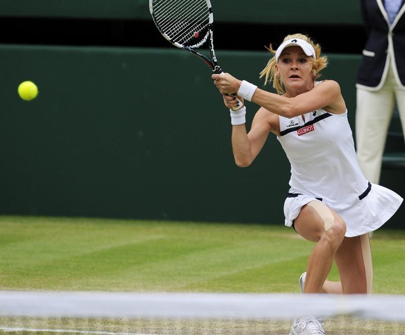 La tenista polaca Agnieszka Radwanska devuelve una bola a la china Na Li, durante el partido de cuartos de final del torneo de tenis de Wimbledon.