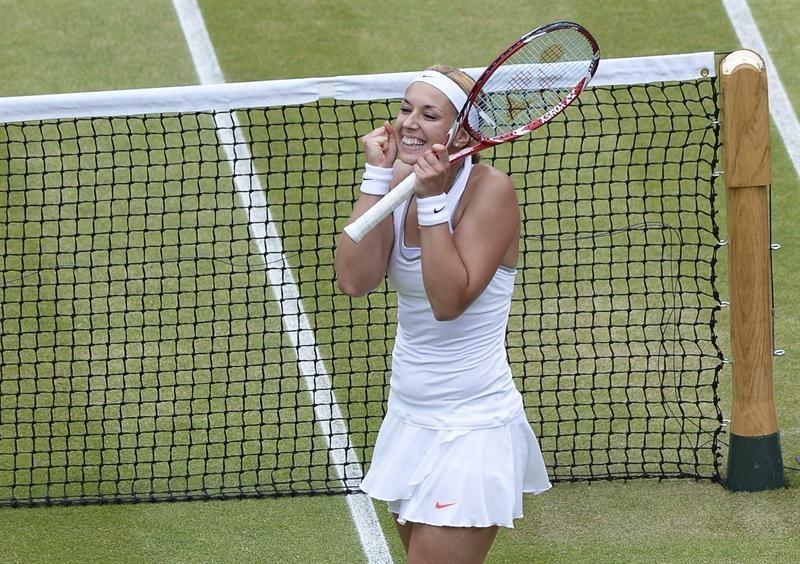 La tenista alemana Sabine Lisicki celebra la victoria conseguida frente a la estonia Kaia Kanepi, en el partido de cuartos de final del torneo de tenis de Wimbledon.
