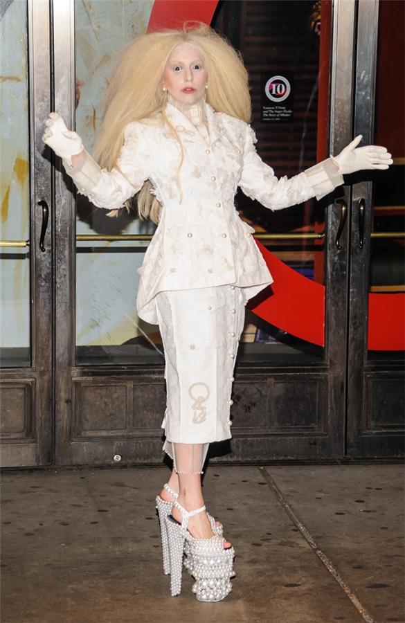 9713df23d Lady Gaga se viste de bruja blanca | media | Caracol Radio
