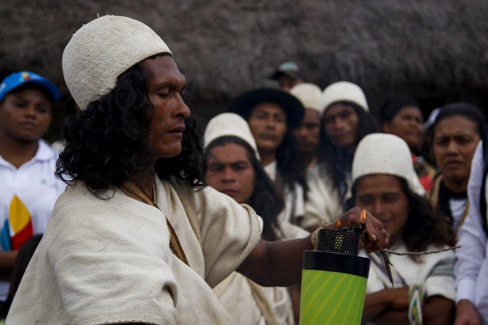 En el evento fue acompañado por los deportistas Jackeline Rentería y Carlos Serrano, autoridades de la comunidad indígena de Nabusímake encendieron el Fuego Deportivo que recorrerá 5.755 kilómetros durante 32 días.