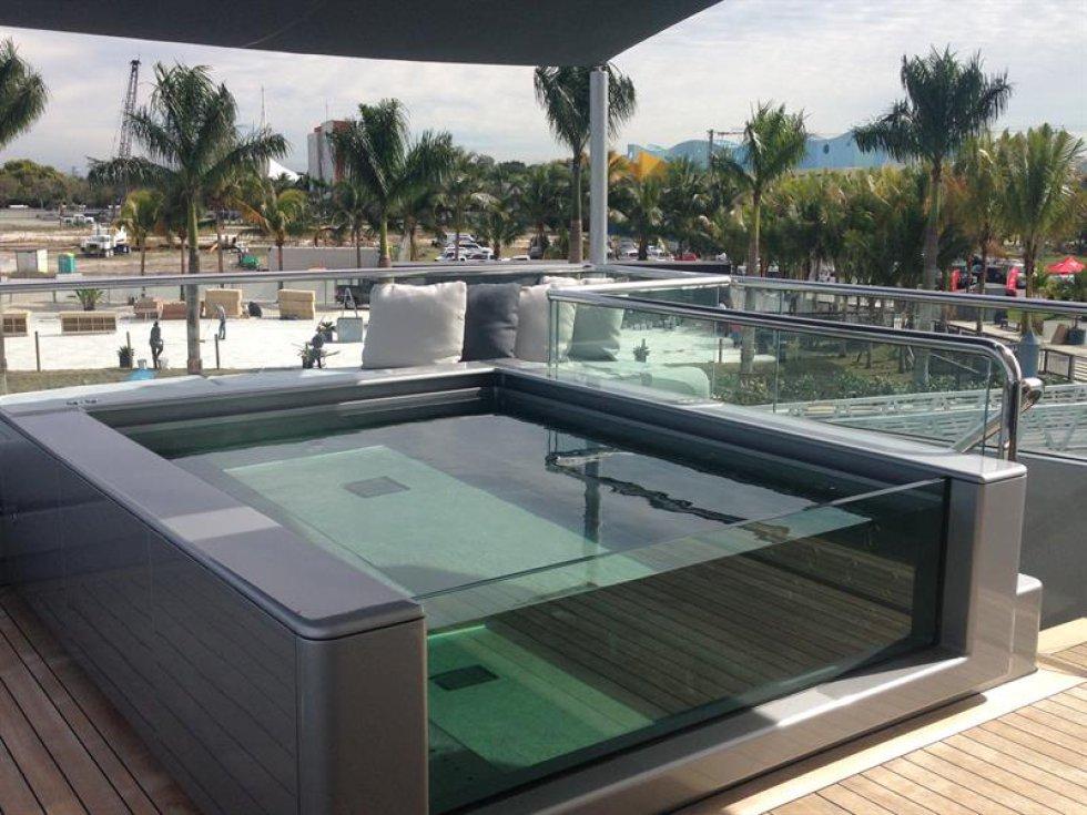 """Fotografía de un jacuzzi en la cubierta del yate """"Silverfast"""", una joya de la famosa compañía Burgess, en la feria Yacht Miami Beach"""