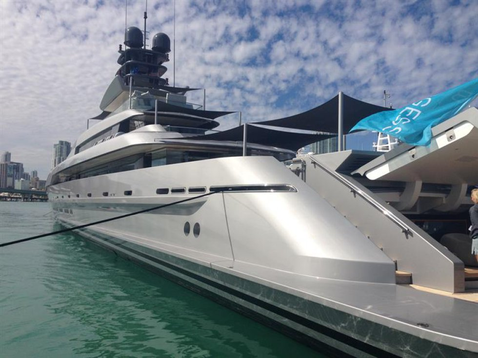 Fotografía de un yate en la feria Yacht Miami Beach.