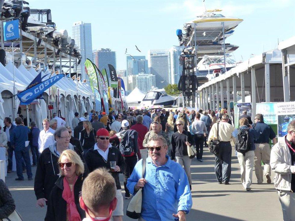 Visitantes recorren la 28 edición del Yacht Miami Beach.