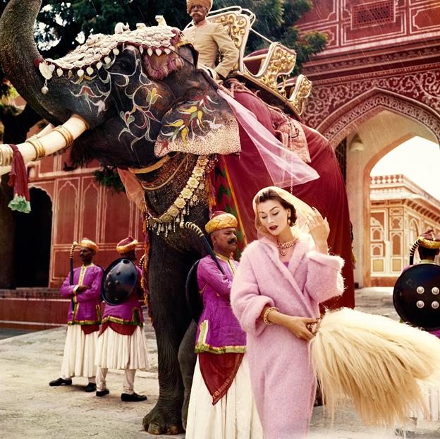 Anne Gunning captada en Jaipur, India, por el fotógrafo  Norman Parkinson en 1956 (cortesía ©Norman Parkinson Ltd/Courtesy Norman Parkinson Archive).
