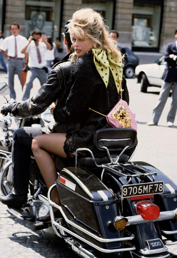 Claudia Schiffer fotografiada en París por Herb Ritts en 1989 (cortesía ©Herb Ritts Foundation/Trunk Archive)