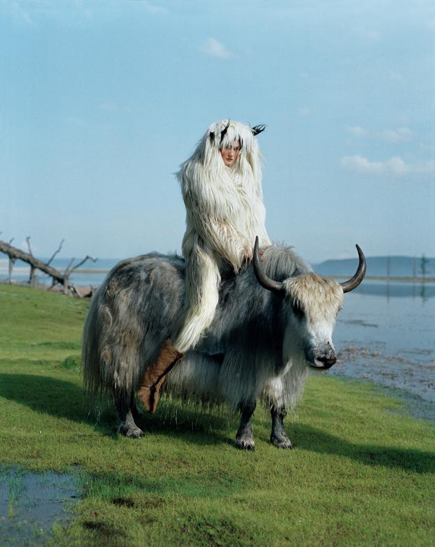 En Mongolia, Tim Walker tomó esta fotografía de Kirsi Pyrhönen en 2011 (cortesía ©Tim WalkerLara).
