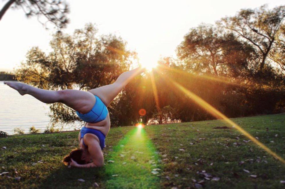 Mujer gorda practica yoga: Mujer demuestra que el yoga no es solo para personas delgadas