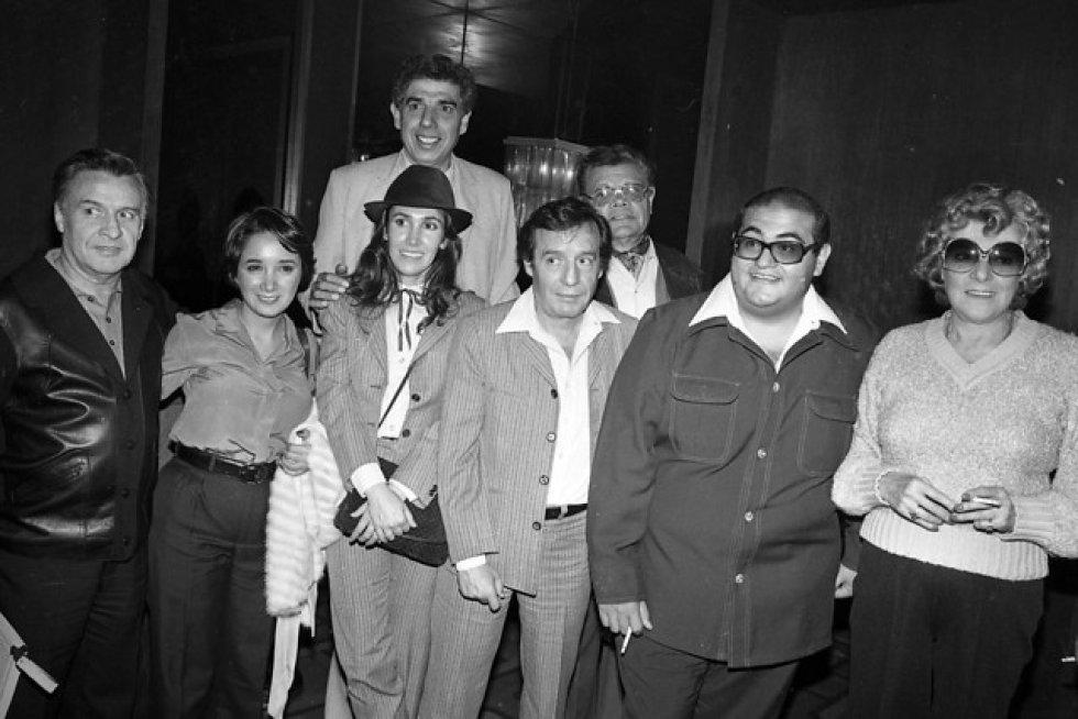 Roberto Gómez Bolaños más conocido como Chespirito junto a su elenco en la Caminata de la Solidaridad en Colombia en 1981.