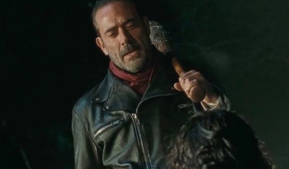El último capítulo de la sexta temporada de 'The Walking Dead' contó con la aparición de uno de los mayores enemigos de Rick Grimes, Negan. La muerte de uno de los integrantes de Alexandria y más cambios en los personajes vendrán en la séptima temporada que llegará en octubre.