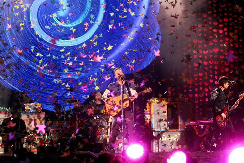 Aunque la mayoría del tiempo la banda mantiene el ambiente en lo más alto con la proyección de figuras en las pantallas, el uso de colores y la energía de sus músicos en tarima, hay espacios para sacar el lado más romántico de todos cuando Chris Martin interpreta el piano en una tarima alterna al escenario.