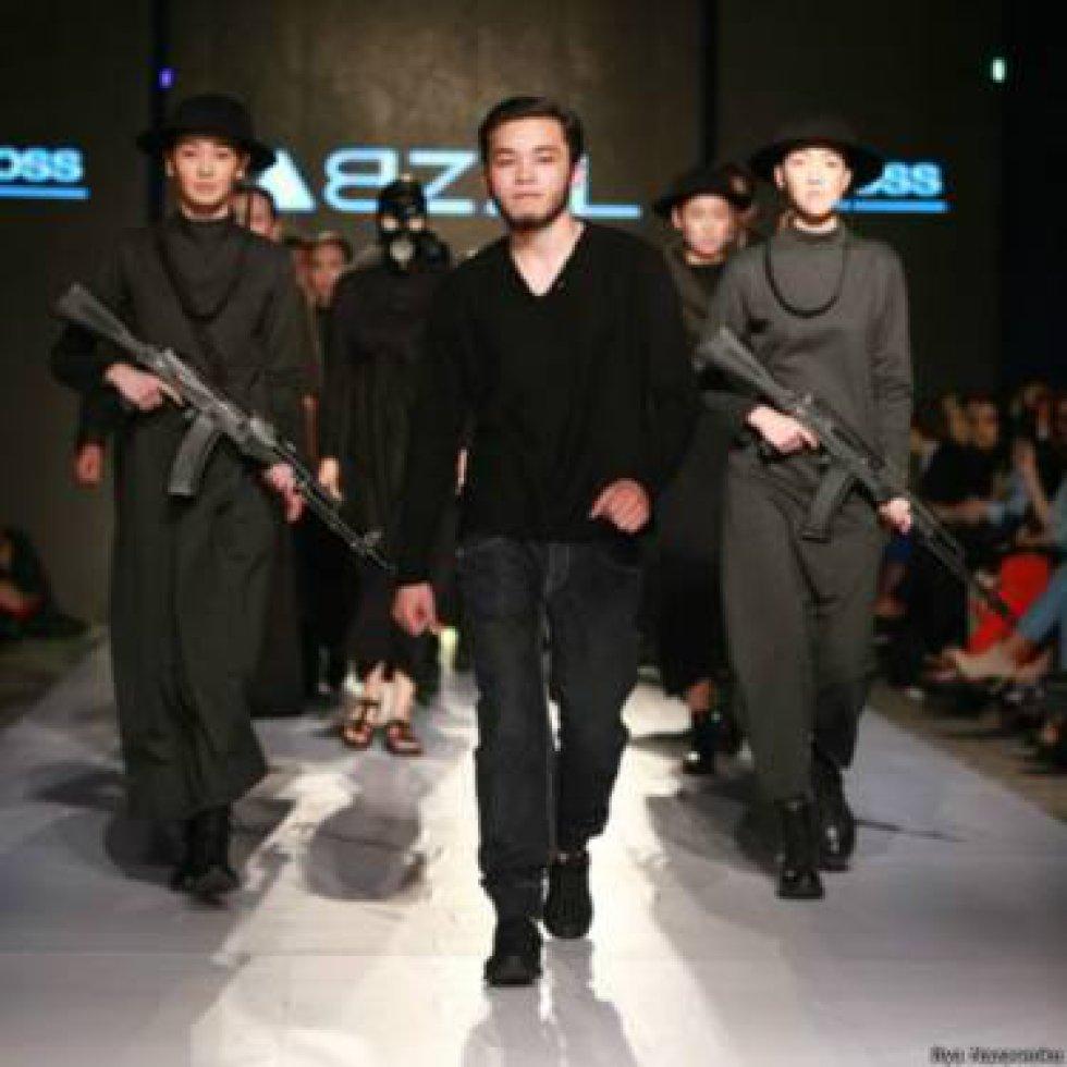 """El diseñador en cuestión es Abzal Seydin. Oriundo de la ciudad kazaja de Narynkol, cerca de la frontera con China, Seydin fue uno de los ganadores del concurso """"Open way"""" (""""Vía abierta"""") que los organizadores de la Semana de la Moda celebraron el año pasado."""