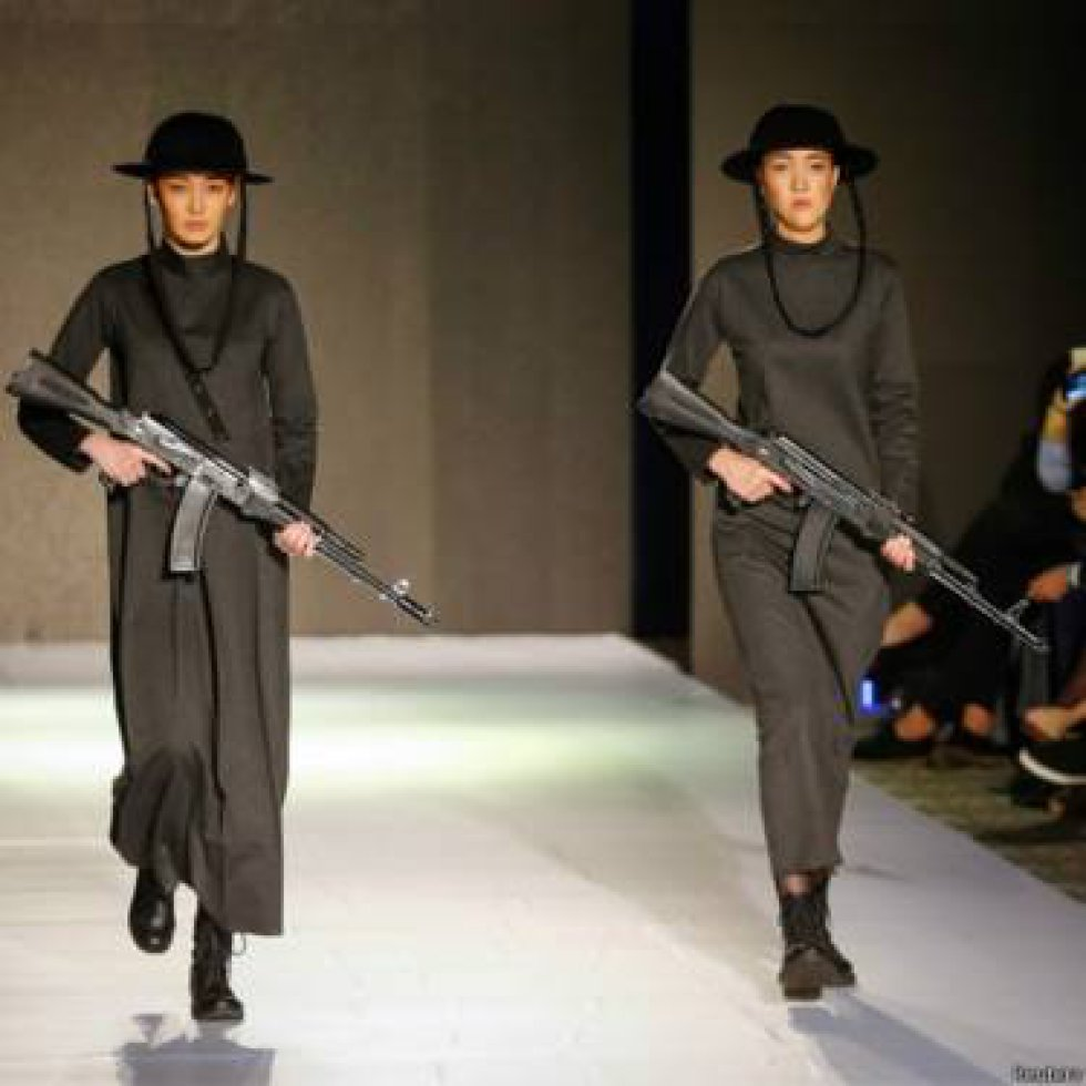 Como las semanas de la moda de las grandes capitales, la de Kazajistán también contó con toda la elegancia de la ocasión. Aunque un diseñador de 19 años le dio un toque muy particular al desfile al hacer desfilar a sus modelos con rifles tipo AK-47 y máscaras antigás de la Segunda Guerra Mundial.