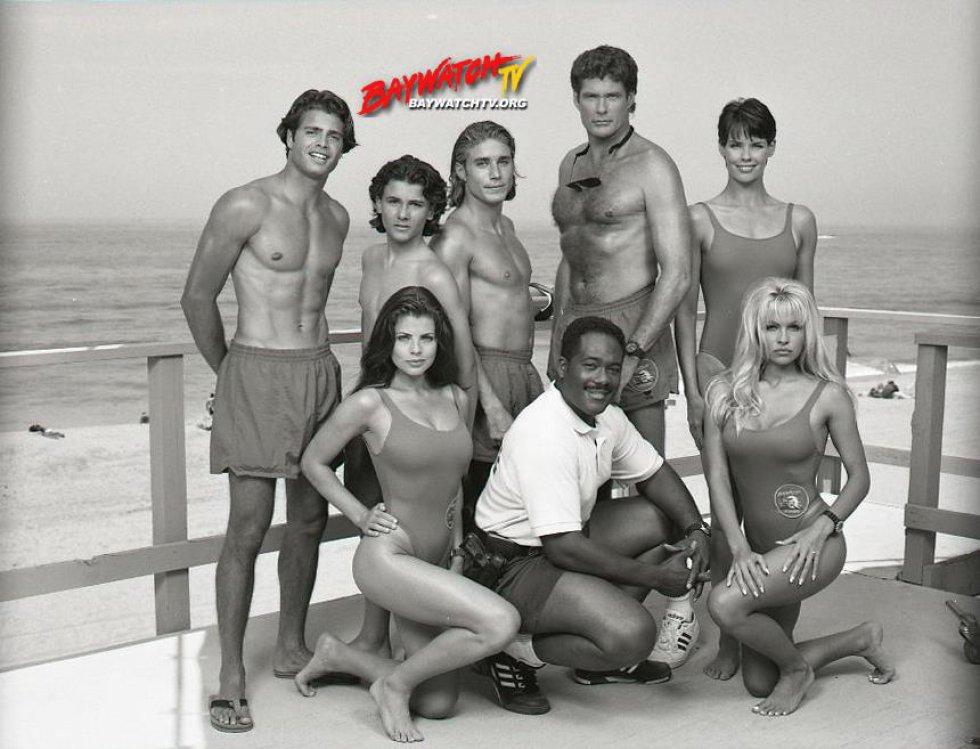 David Hasselhoff dio vida a Mitch Buchannon durante diez de las once temporadas. Más de 35 personas hicieron parte del elenco de la serie mientras estuvo al aire e incluyó nombres como Carmen Electra, Vanessa Angel, Nicole Eggert, Kelly Slater, Michael Newman, entre otros.