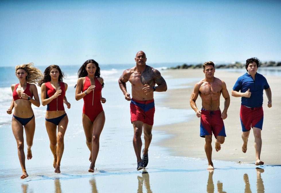 Kelly Rorhbach, Alexandra Daddario, Ilfenesh Hadera, Dwayne Johnson, Zac Efron y Jon Bass conforman el elenco principal de la película 'Baywatch' que se estrenará en mayo de 2017.
