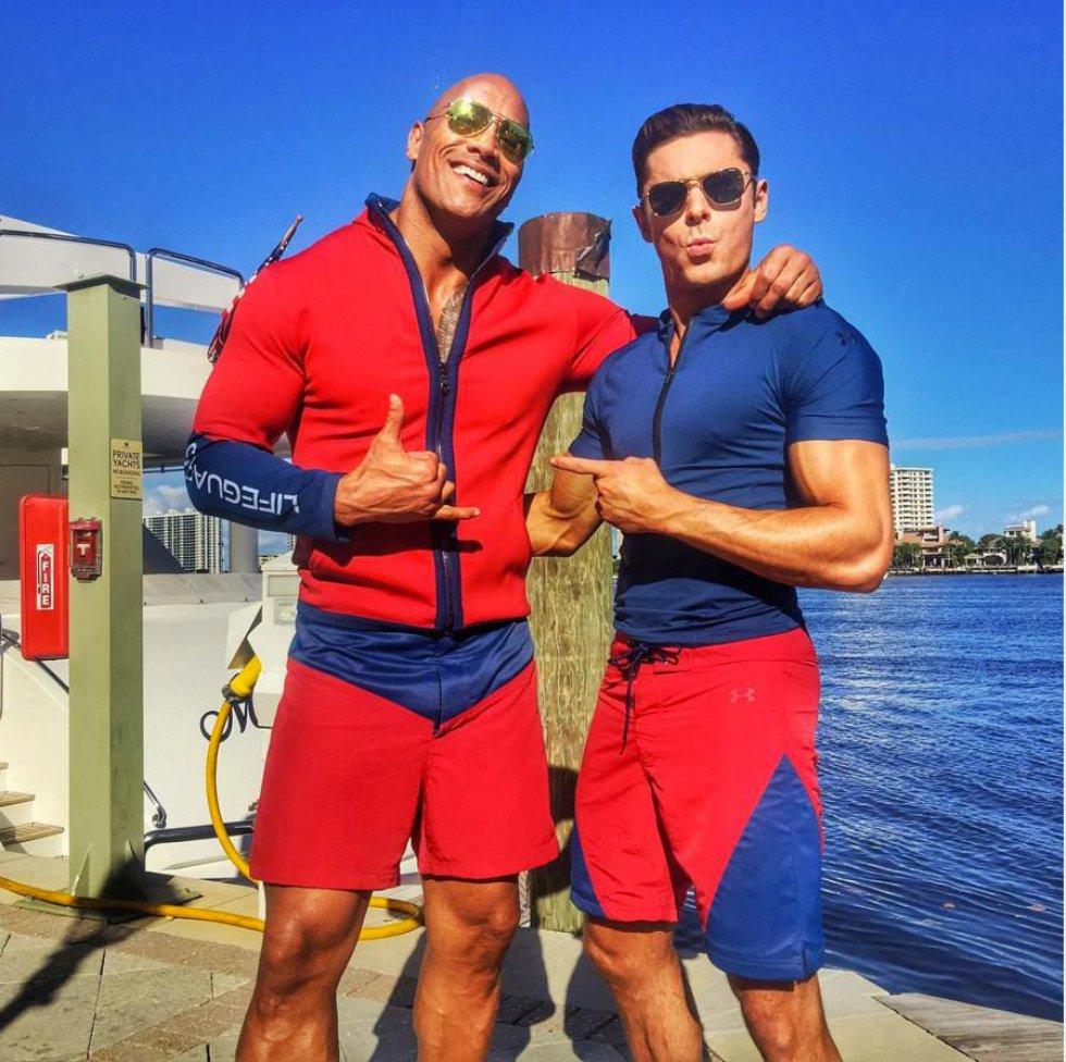 Recientemente, una caída de Zac Efron al rodar la clásica escena de los salvavidas corriendo por orilla de la playa, causó sensación en las redes sociales.