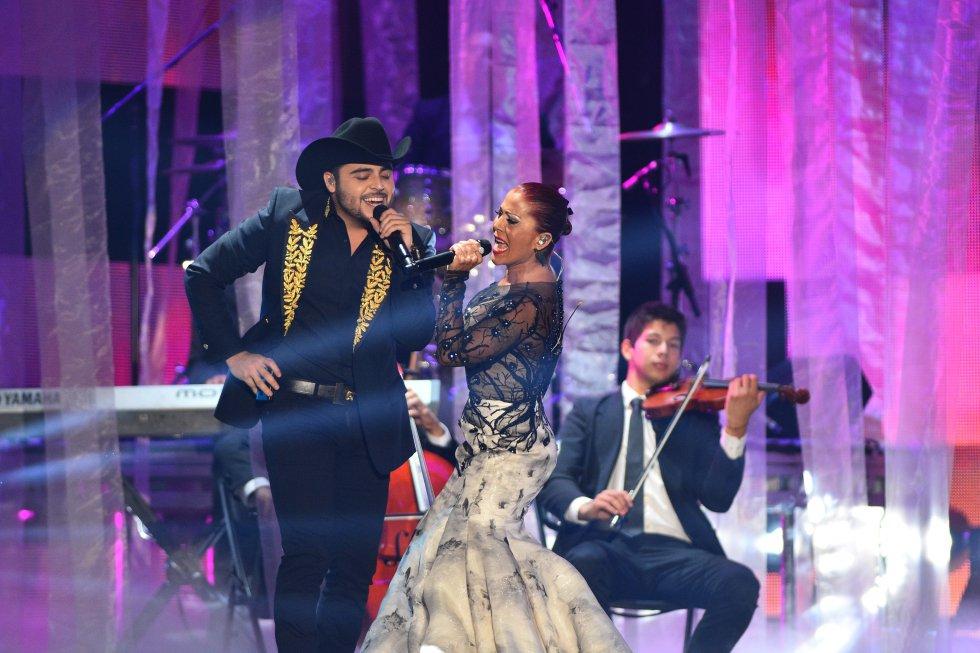 Gerardo Ortíz y Alejandra Guzmán protagonizaron uno de los dúos mexicanos de la ceremonia.