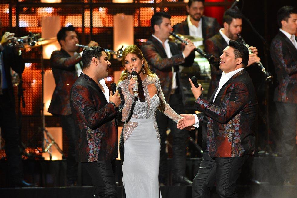 Lucero se presenta con la Banda Sinaloense MS de Sergio Lizarraga en la gala de los premios Billboard 2016.