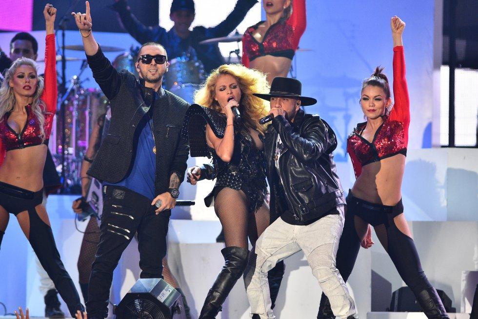 La chica dorada, Paulina Rubio se unió a Alexis y Fido durante el show.
