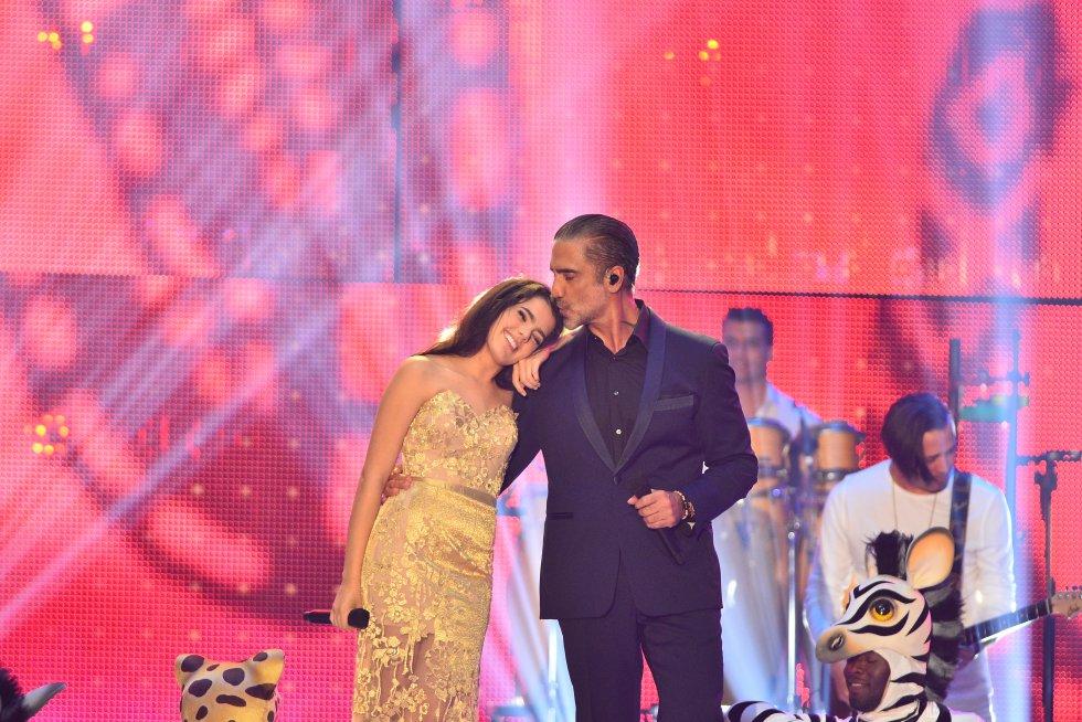 Camila y Alejandro Fernández brindaron un conmovedor dúo en el escenario.