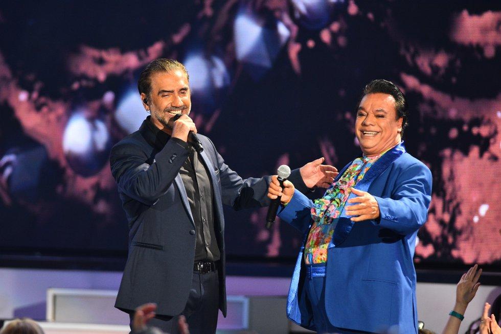 Juan Gabriel, uno de los grandes homenajeados de la ceremonia, se unió a una sola voz con Alejandro Fernández.