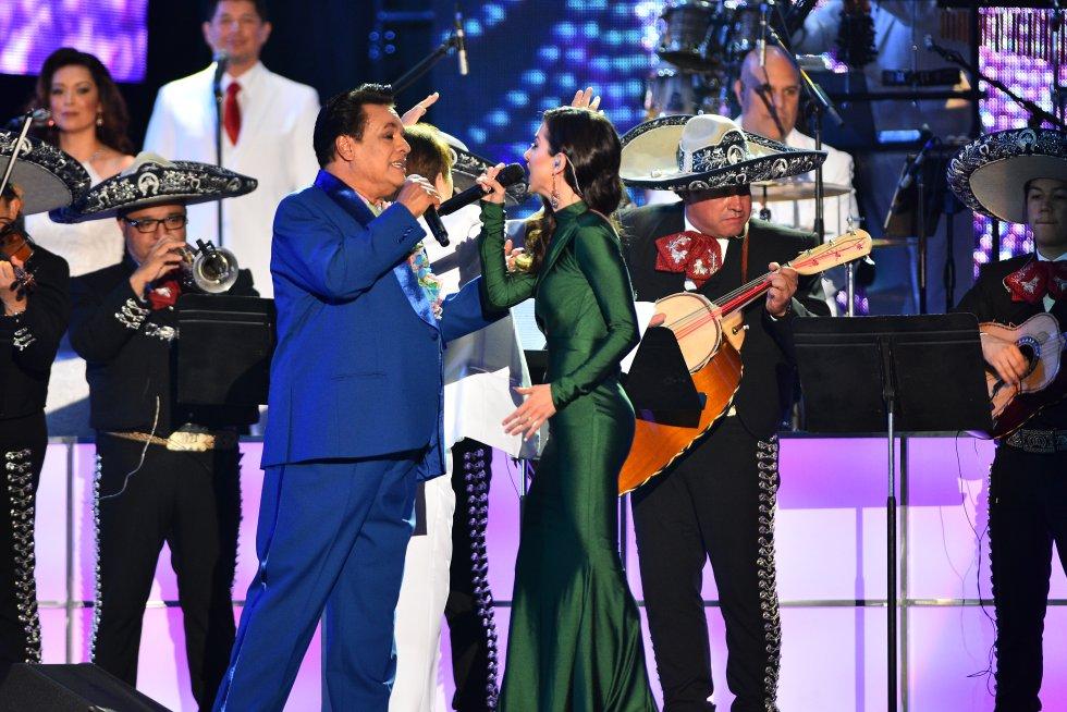 Juan Gabriel y Paty Cantú.