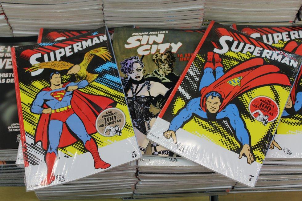 El nacimiento de Superman en una edición que contiene sus 100 primeras historietas, donde cuenta que en sus inicios el superhéroe aún no volaba.