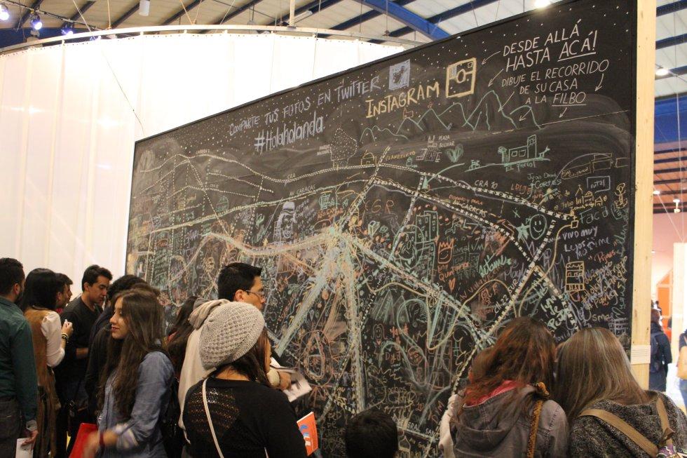 ¿Podría señalar la ruta de su casa a La Feria Del Libro en este gran pizarrón que plasma parte de las calles de Bogotá?