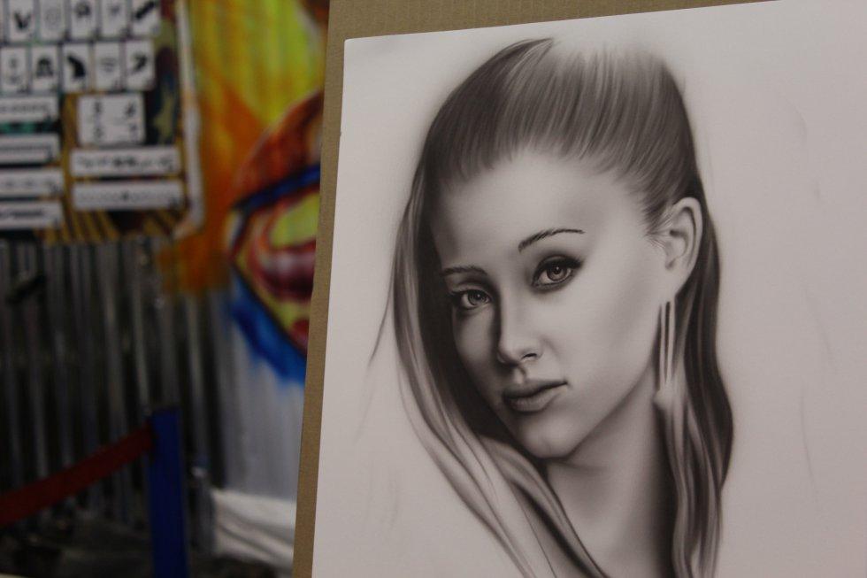 El retrato de Ariana Grande elaborando bajo la técnica de aerografía en un solo tono, es decir, una monocromía.