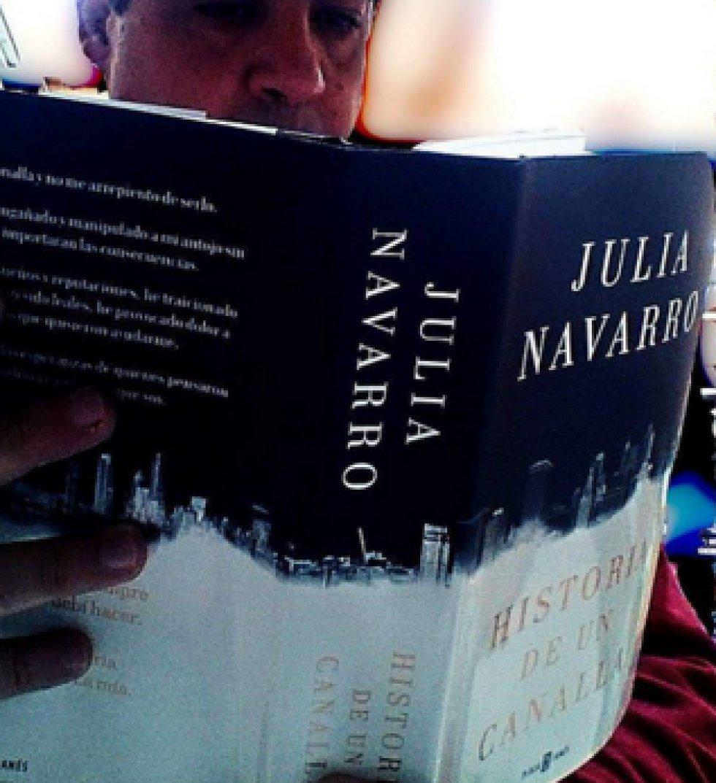 9. 'Historia de un canalla', escrito por Julia Navarro y publicado por la Editorial Plaza & Janes Editores. El libro trata sobre la ambición, la codicia y el egoísmo del ser humano.