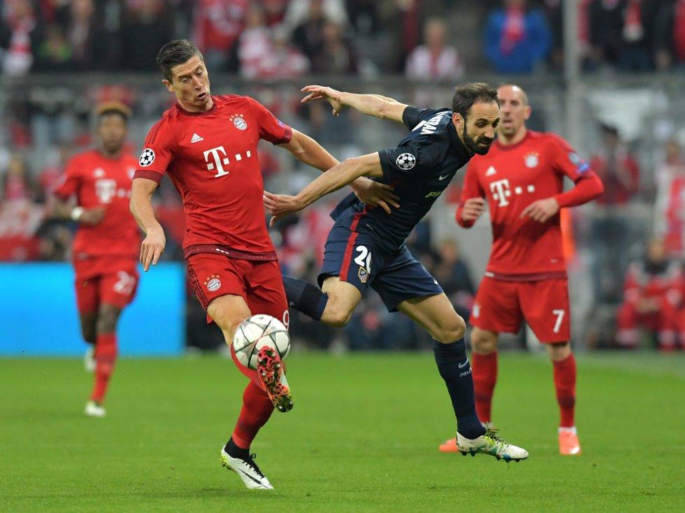 Lewandowski y Juanfran disputan el balón en el juego de semifinales de Champions League