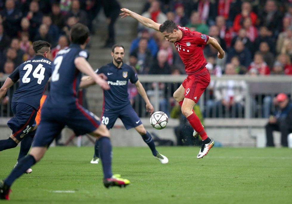 Lewandowski intenta superar a tres defensas del Atlético de Madrid