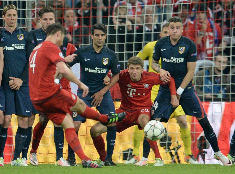 Xabi Alonso dispara al arco, ante la mirada expectante de Giménez, y Müller