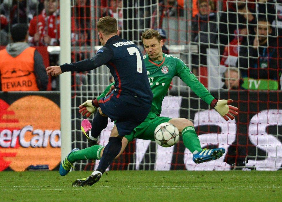 Griezmann anota el gol del Atlético ante un Neuer que no pudo evitarlo.