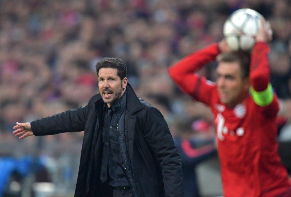 Diego Simeone entrega instrucciones a sus jugadores.