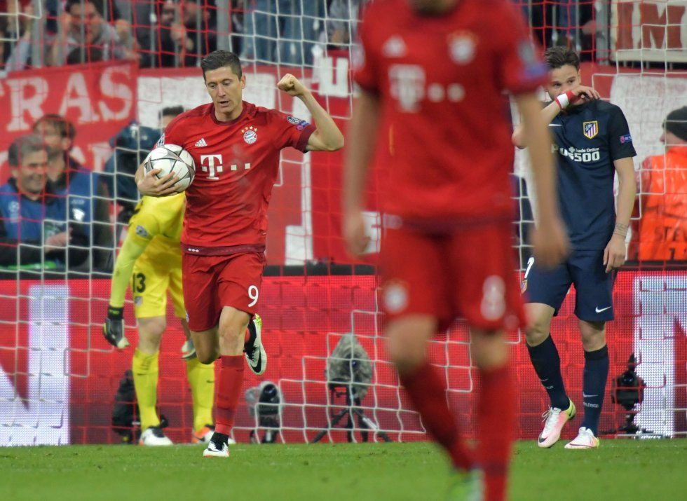 Lewandowski celebra la segunda anotación del Bayern.