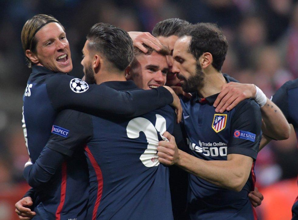 Jugadores del Atlético celebran a rabiar la anotación de Griezmann.