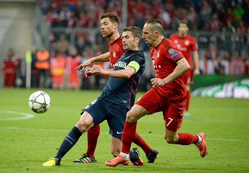 Gabi, Xabi Alonso y Ribery disputan el balón en el juego de semifinales de Champions League.