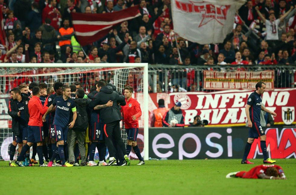 Jugadores y cuerpo técnico del Atlético celebran su clasificación a la final de la Champions League.