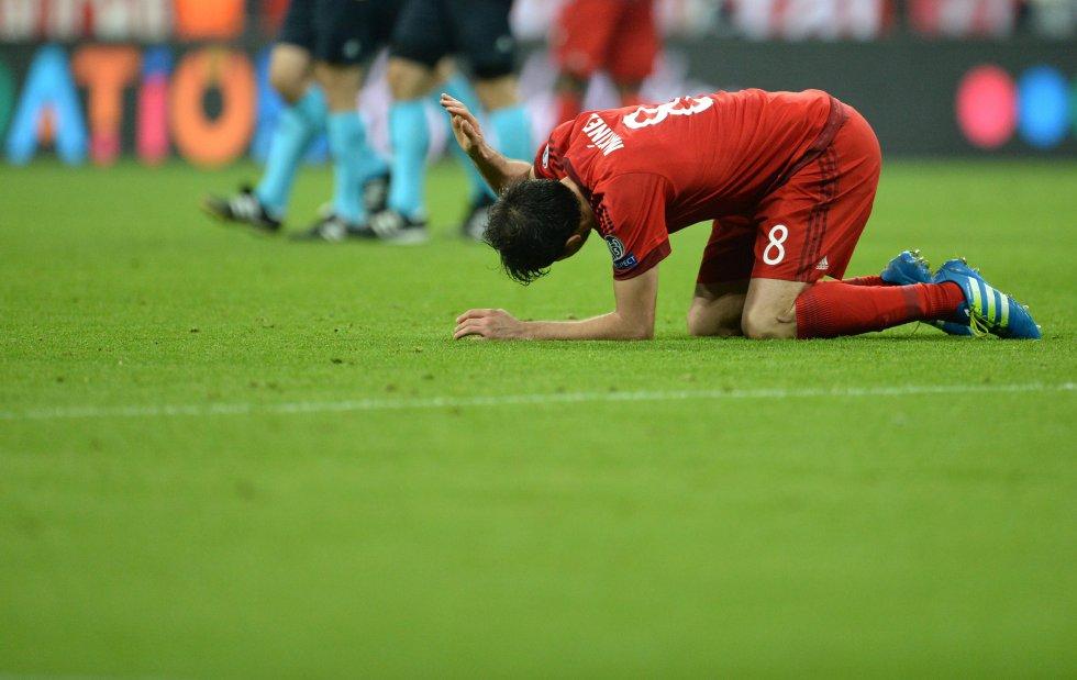 Javi Martínez se lamenta tras la eliminación de su equipo de la Champions League.