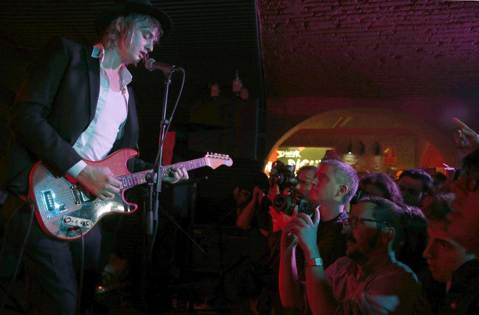 """El músico británico Pete Doherty, excantante del grupo de rock """"The Libertines"""", durante su actuación esta noche en un concierto sorpresa en la sala Sidecar de Barcelona."""