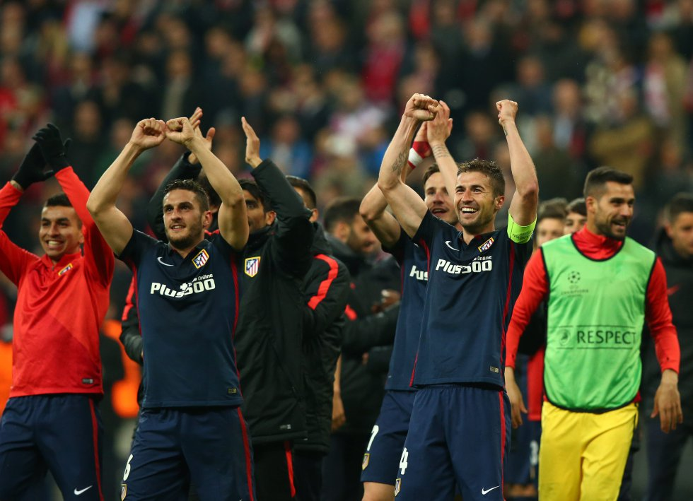 Los jugadores del Real Madrid celebran la victoria de su equipo al final de un partido entre el Bayern Múnich y el Atlético Madrid por la semifinal de la Liga de Campeones de la UEFA.