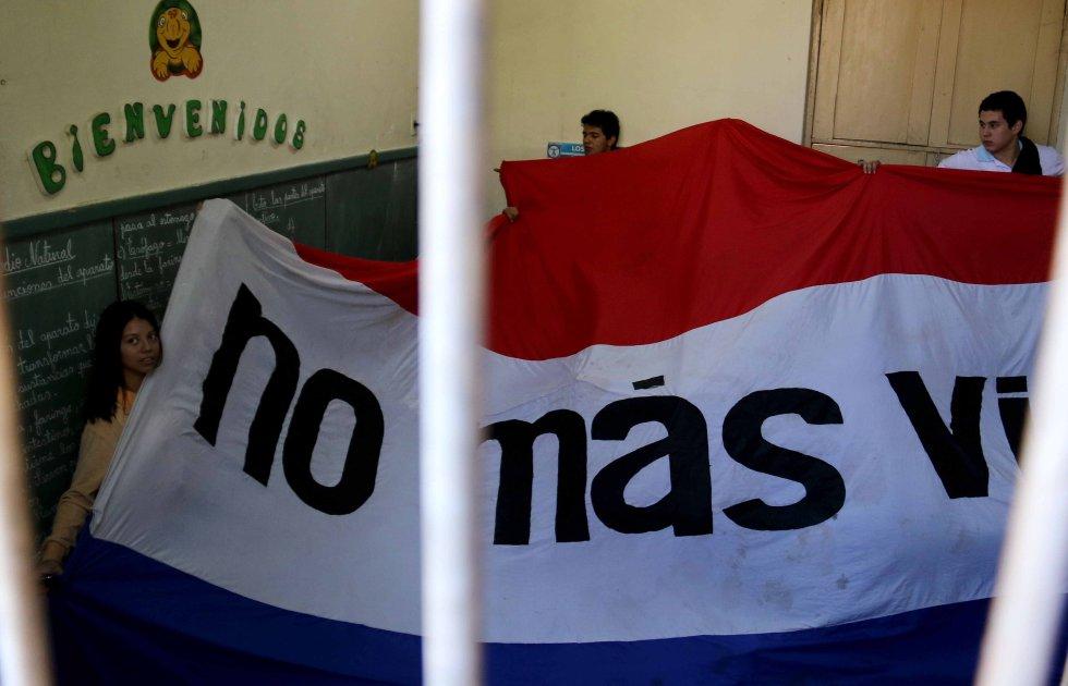 Alumnos de un colegio en Asunción exigen la renuncia de la ministra de educación.